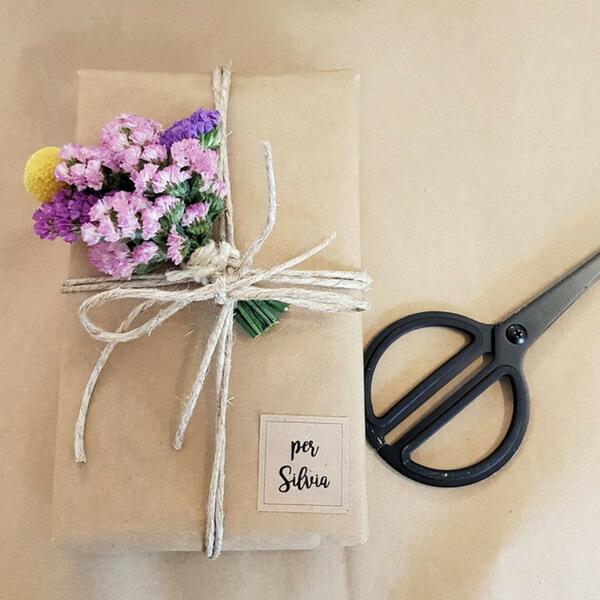 Pacchetto regalo con decorazione di statice e craspedia
