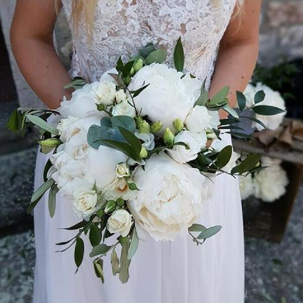 Bouquet sposa con peonia, lisianthus e roselline
