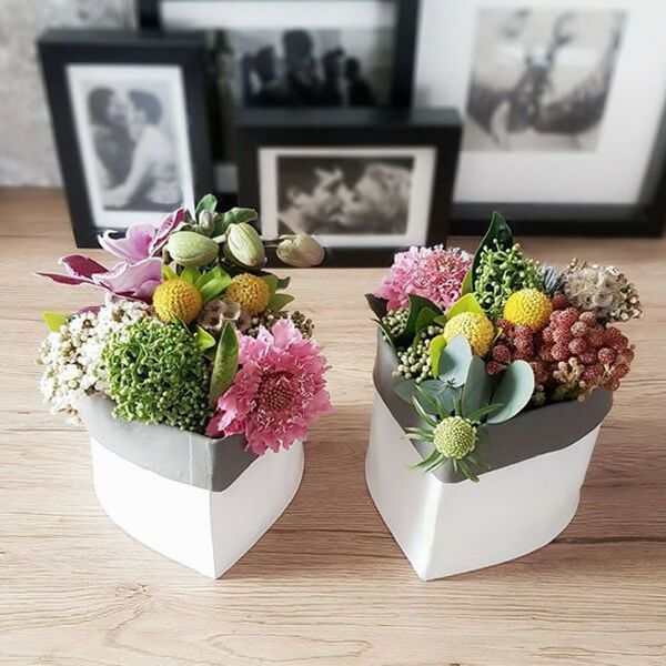 Composizioni di fiori: craspedia, scabiosa, eryngium, kaaps brunia