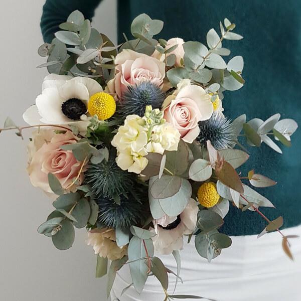 Bouquet con anemone, eucalipto, craspedia, rosa ed eryngium