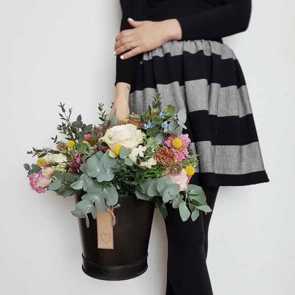 Composizione di fiori nel secchio: scabiosa, rosa, eucalipto, craspedia, oxypetalum