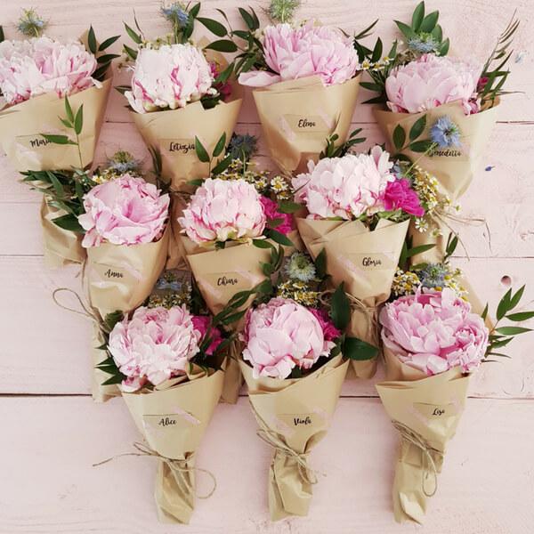 Bouquet rosa per un gruppo di ballerine: peonie, fiordaliso, garofano, camomilla