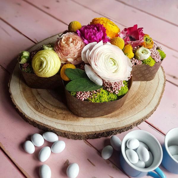 Pasqua centrotavola colomba con ranuncoli, craspedia, garofano, fiori di riso e lichene stabilizzato
