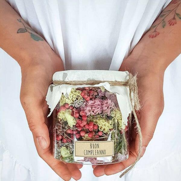 idea regalo fiori in barattolo di vetro: pepe rosa, statice e lavanda