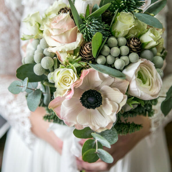 Bouquet sposa con anemone, pigne, rosa, ranuncolo, kaaps brunia