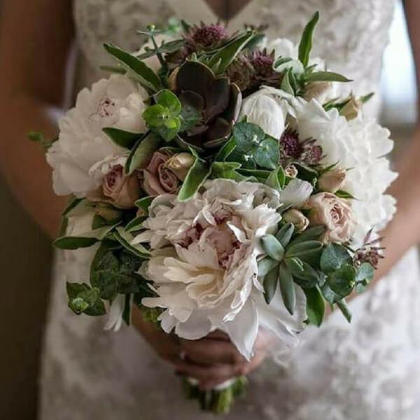 Bouquet sposa con peonia, roselline, echeveria e salvia