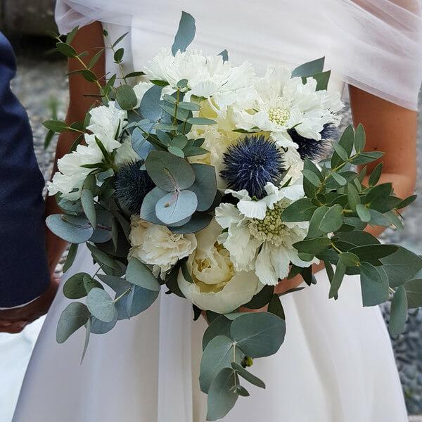 Bouquet sposa con peonia, garofano, eryngium e scabiosa