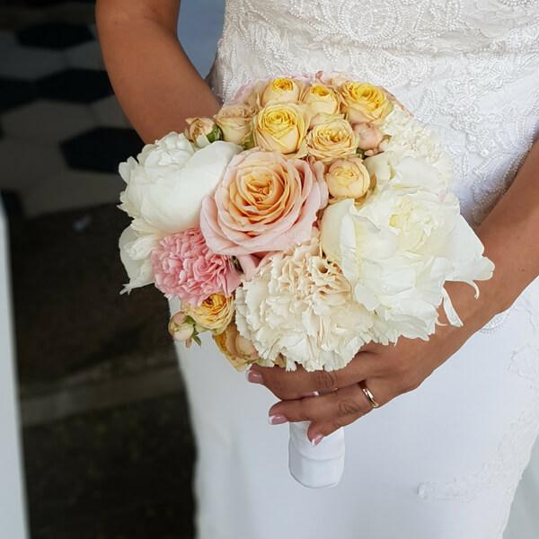 Bouquet sposa con peonie, rosa e garofano