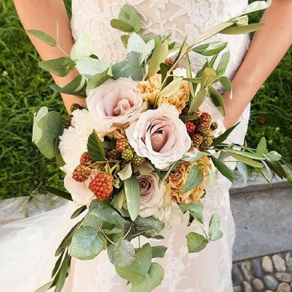 Bouquet sposa con rose, more, garofani, olivo ed eucalipto
