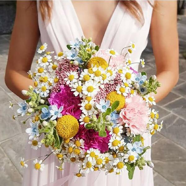 Bouquet sposa con camomilla, oxypetalum, craspedia, garofano e fiore di riso
