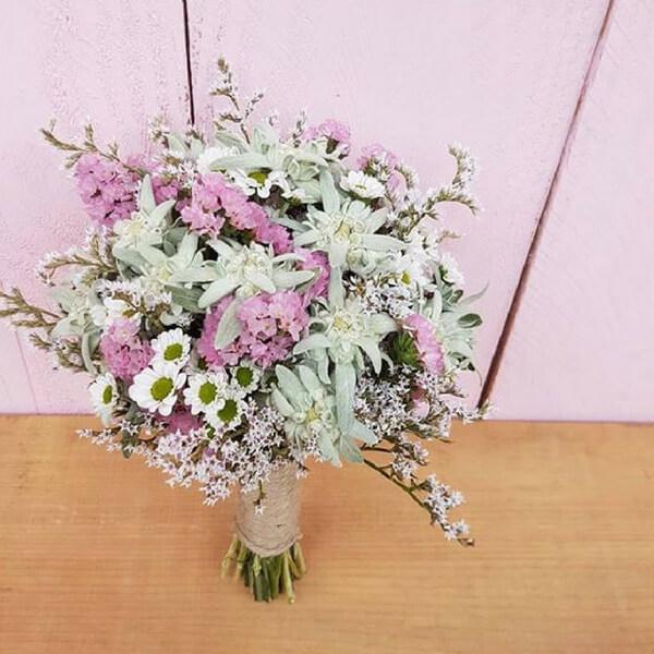 Bouquet con stelle alpine, margherite e statice