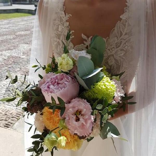 Bouquet sposa con peonia, lisianthus e garofano